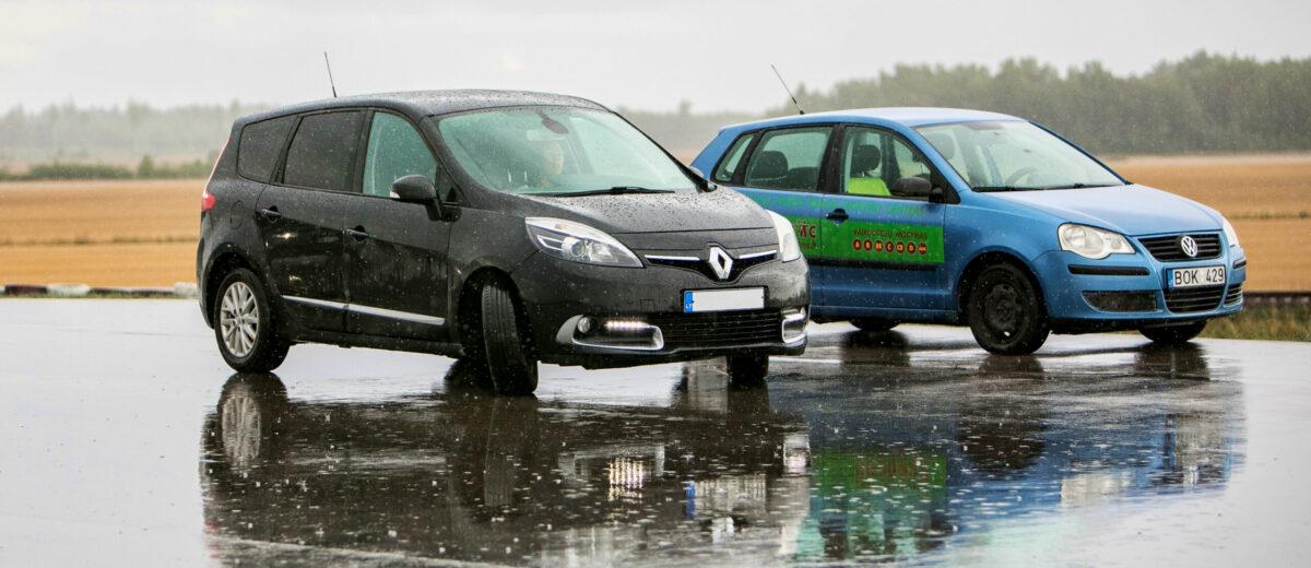 Vairavimas per lietų: kaip išvengti akvaplaningo